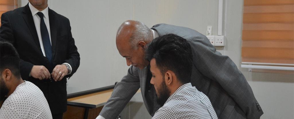 السيد رئيس جامعة البصرة للنفط والغاز والمساعد العلمي يطلعان على سير الامتحانات في الجامعة