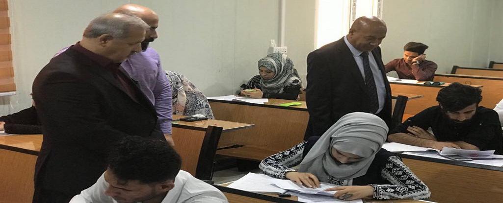 رئيس جامعة البصرة للنفط والغاز والوفد المرافق له يطلعون على سير العملية الامتحانية