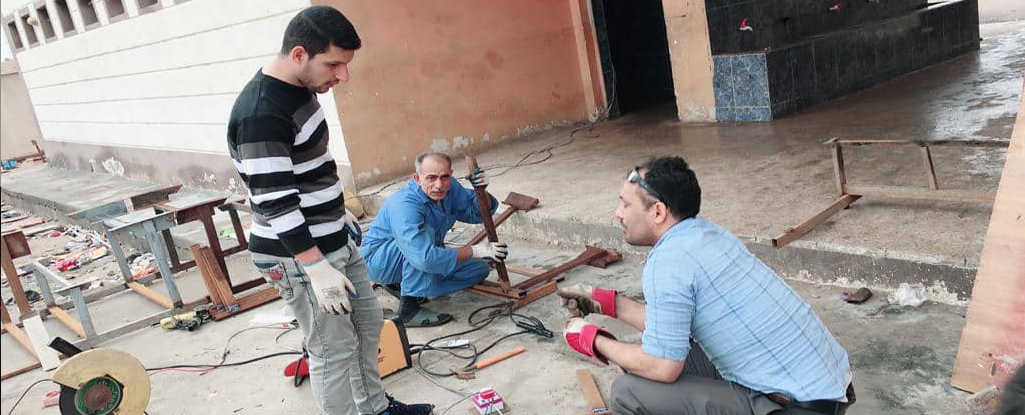 فريق عمل تطوعي من جامعة البصرة للنفط والغاز يسهم بتأهيل وانشاء مقاعد دراسية لمدرسة في منطقة كرمة علي